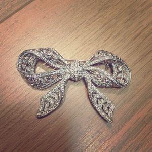 Jewelry - Pretty bow pin / brooch